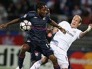 Makoun z Lyonu se dere před oporu Bayernu Arjena Robbena.