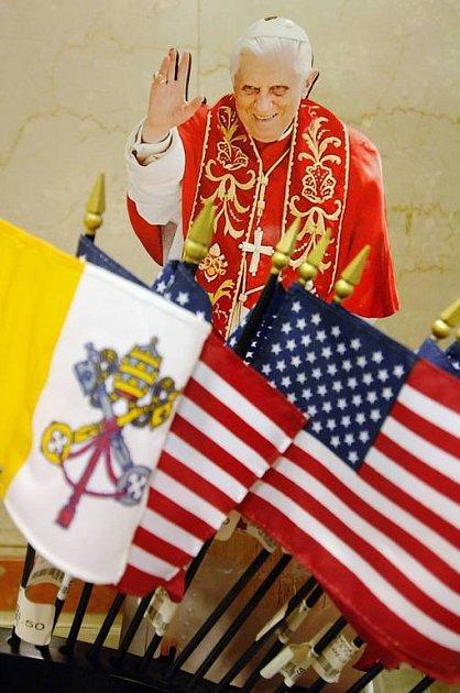 V Americe jsou všude předměty s motivy papeže Benedikta XVI. Jeho návštěva v USA je událostí dne.