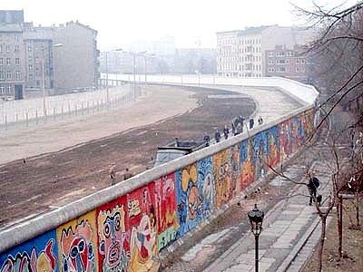 Berlínská zeď ze západoberlínské části v roce 1986