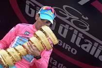 Vincenzo Nibali s trofejí pro vítěze Gira d'Italia.