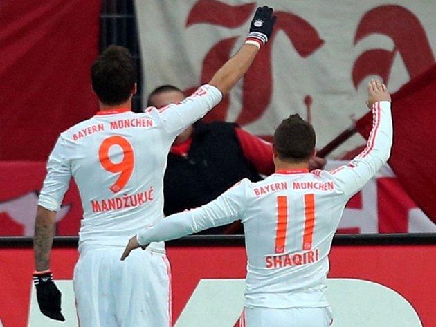Mario Mandžukič z Bayernu Mnichov oslavuje gól proti Norimberku. Šlo o hajlování?