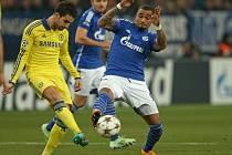 Cesc Fábregas z Chelsea (vlevo) a Kevin-Prince Boateng z Schalke.