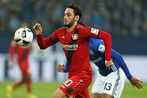 Hakan Calhanoglu z Leverkusenu proti Schalke.