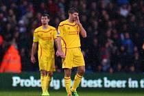 Zklamaná ikona Liverpoolu Steven Gerrard (vpravo) po další prohře.