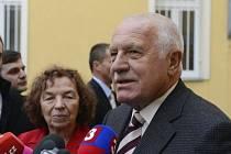 Bývalý prezident Václav Klaus společně s manželkou Livií odevzdal 25. října v Praze hlas ve volbách do Poslanecké sněmovny.