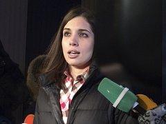 Naděžda Tolokonnikovová po propuštění z vězení mluví s novináři.