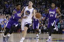 Klay Thompson z Golden State (v bílém) proti Sacramentu vytvořil rekord NBA. V jedné čtvrtině dal 37 bodů.