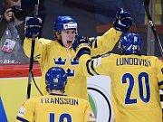 Erik Gustafsson ze Švédska se raduje z gólu proti Švýcarsku.