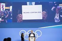 Prezident MOV Thomas Bach ukazuje lístek se jménem pořadatele zimní olympiády 2026