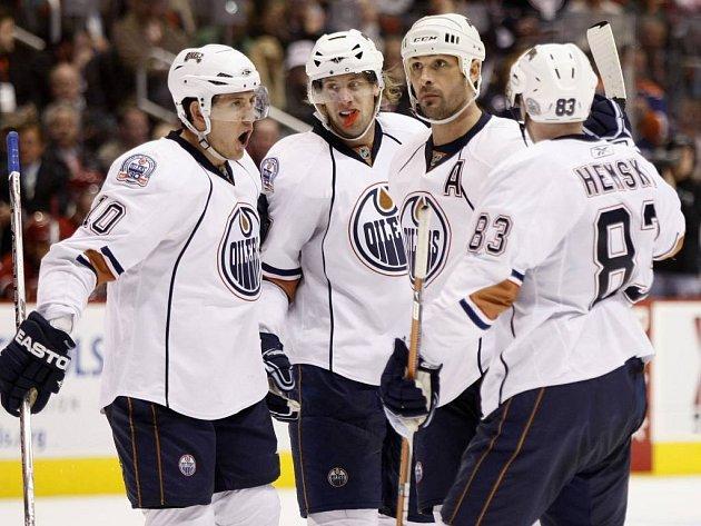 Hráči Edmontonu se radují z druhé branky do sítě Phoenixu. Zleva Horcoff, Gilbert, Souray a Hemský.