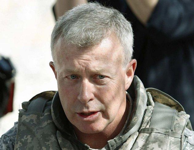 Armádní generál David McKiernan, donedávna vrchní velitel sil USA a NATO v Afghánistánu