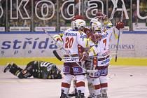 Hokejisté Slavia se radují z gólu proti Varům ve druhém finálovém zápase.