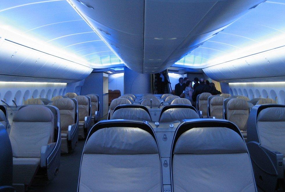 8. Boeing 747-8 - interiér byznys třídy na hlavní palubě.