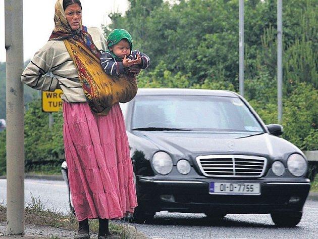 Angela Rostasová, Romka z Rumunska, se svým dítětem žebrá na dublinském silničním obchvatu.