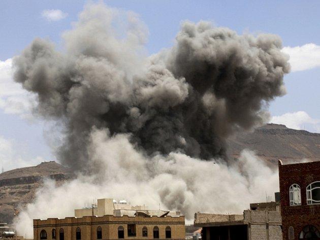Z jihojemenských provincií Dalí a Táizz je dnes hlášena silná dělostřelecká palba. Arabská letecká koalice útočila na pozice šíitských povstalců a v Dalí zahynulo deset lidí.