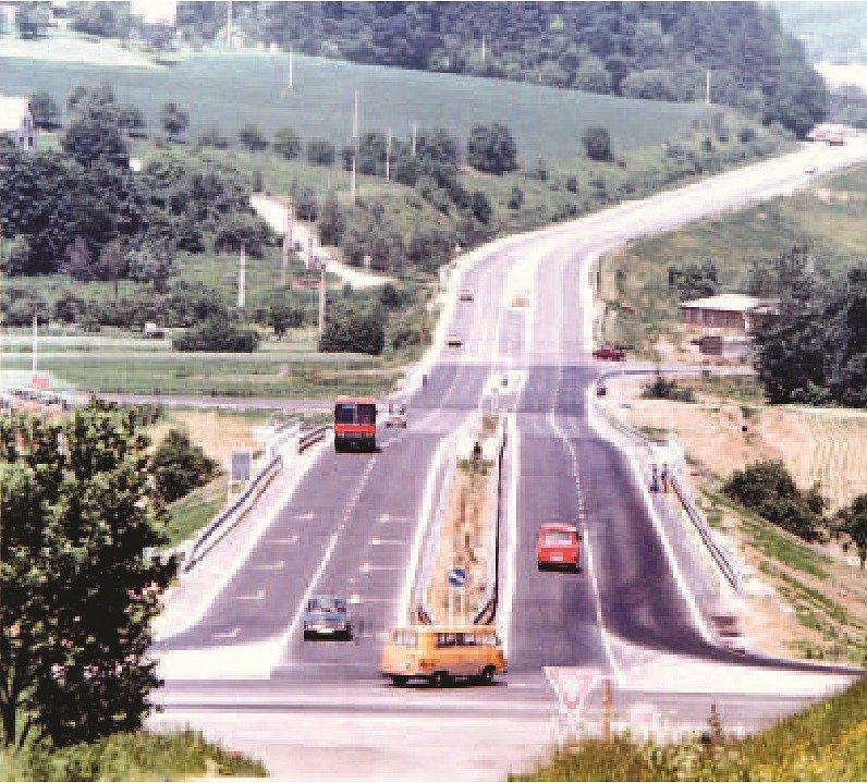 Gorbačovka. Do Slušovic vede čtyřproudová silnice. Dlouho to byl jediný úsek dálničního typu v kraji. Pojmenování Gorbačovka si nese podle toho, že po ní měl údajně do Slušovic přijet sovětský vůdce Michail Gorbačov. Nikdy však  k tomu nedošlo