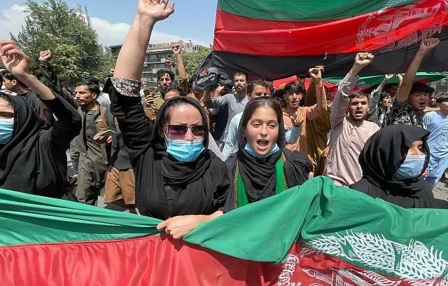 Jeden z protestů v Kábulu proti vládě Tálibánu.