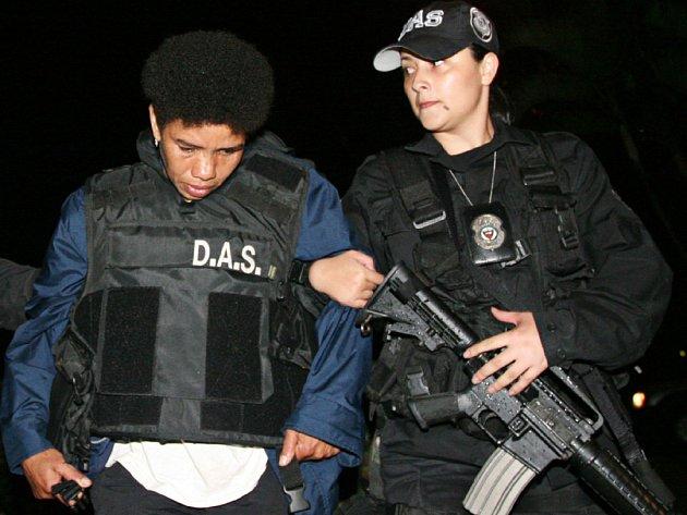 Povstalkyně známá pod jménem Karina (vlevo) se vydala do rukou kolumbijských bezpečnostních sil.