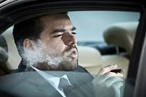 """Kouření v autě, a to dokonce i s otevřenými okénky, vytváří uvnitř vozu znečištění, které překračuje oficiální """"bezpečné"""" limity. Tomu je pak vystaveno například dítě sedící na zadním sedadle."""