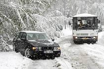 Sněhová nadílka zaskočila na Liberecku řadu řidičů.
