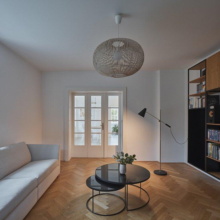 Obývací pokoj oddělují od jídelny trojdílné dveře.