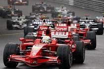 Deštivý start Velké ceny Monaka, v čele Felipe Massa s Ferrari.