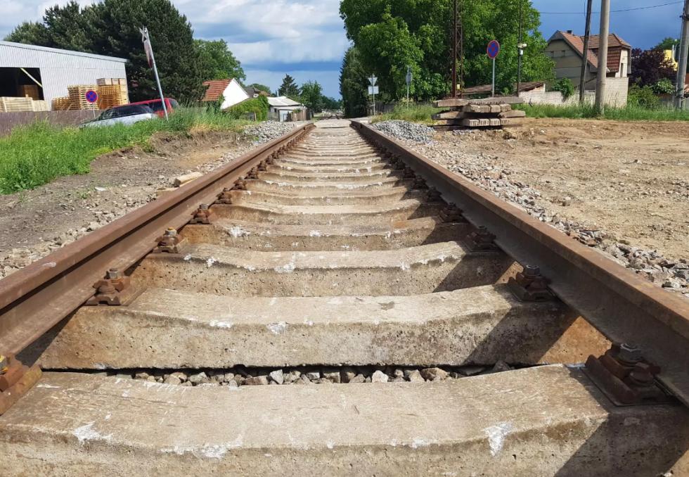 Železniční trať v Lužci nad Vltavou