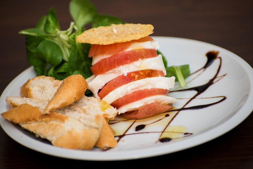 Mozzarella podávaná v restauraci hotelu Nebespán