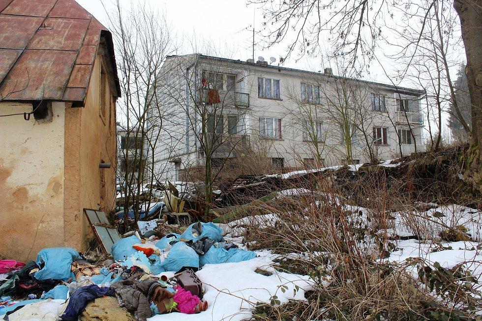 Chybějící okna, vymlácená skla, hromady výkalů, odpadků, špína. Takové je prostředí kolem čtyř panelových domů, které strašily místní obyvatele malé obce Nemanice na hranicích Domažlického okresu s Německem již v roce 2016.
