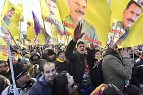 Proti tureckému prezidentovi Recepu Tayyipu Erdoganovi dnes v Kolíně nad Rýnem demonstrovalo přibližně 10.000 Kurdů a alávitů.