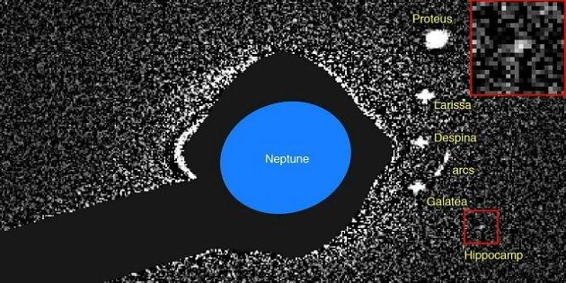 Planeta Neptun a jeho měsíce zachycené Hubbleovým kosmickým dalekohledem vroce 2004.Hippocamp (včerveném čtverci).
