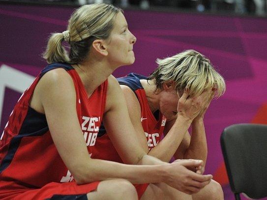 Smutné opory. Eva Vítečková ve čtvrtfinále zaznamenala sedmnáct bodů, Hana Horáková si připsala pouze tři body.