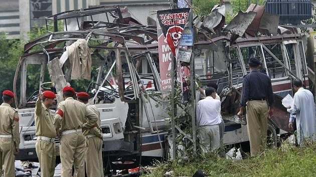 Vyšetřovatelé zkoumají místo výbuchu v pákistánském Rawalpindi. Dvě současné exploze zde zabily tři desítky lidí.