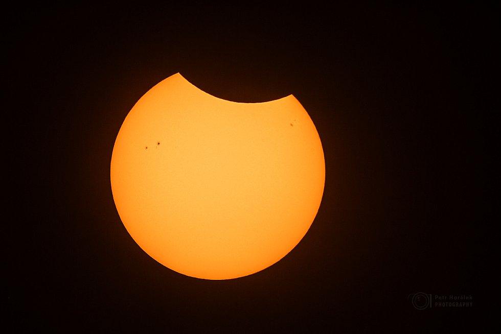 Částečné zatmění Slunce v ranních hodinách 13. září 2015, Botswana, na okraji pouště Kalahari.