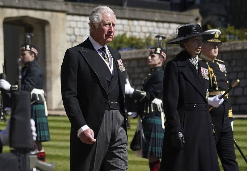 Princ Charles a princezna Anna při smutečním průvodu.