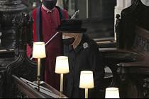 Královna Alžběta II. v kapli sv. Jiří ve Windsoru.