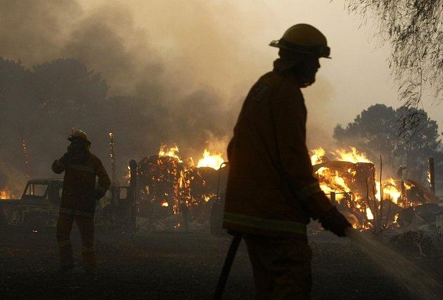 Rozsahem jedny z největších požárů posledních desetiletí v Austrálii si vyžádaly už 93 obětí, uvedli podle agentury Reuters hasiči.