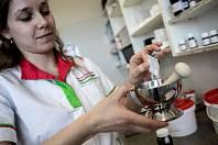 """VELKÝ PROBLÉM. Nejsložitější je vyrobit kožní masti. """"Základem je olejová fáze, pak následuje vodní fáze, poté se to všechno nahřeje a zamíchá dohromady,"""" popisují ruční přípravu medikamentu pro konkrétního pacienta lékárníci."""