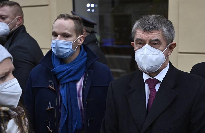Předseda vlády Andrej Babiš (vpravo) 17. listopadu 2020 na Národní třídě v Praze hovoří s novináři poté, co položil květinu k pamětní desce při příležitosti Dne boje za svobodu a demokracii.