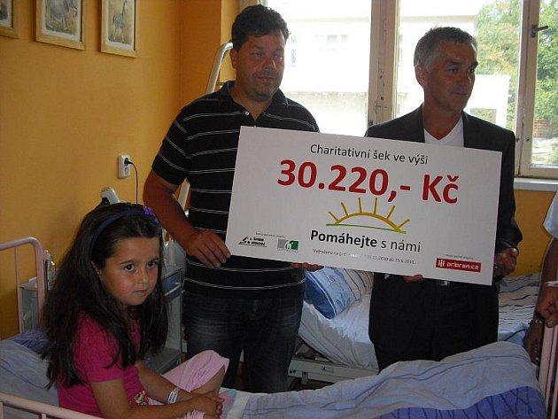 Šestiletá Anetka v pondělí 20. června 2011 na dětském oddělení Oblastní nemocnice Příbram symbolicky převzala charitativní šek s částkou přes 30 tisíc korun. Jde o peníze z dražebního projektu Pomáhejte s námi, na němž spolupracují tři příbramské firmy.