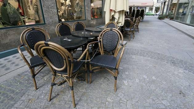 Prázdné stolky před kavárnou ve Vídni