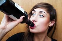 Průzkum ukázal, že přibylo lidí, kteří pijí doma o samotě.