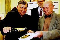 : Vladimír Bernášek (vlevo) spolu s hercem Stanislavem Zindulkou (vpravo) křtí svou knihu povídek Šlapací ponorka. Uprostřed mezi nimi je nakladatel Miroslav Morávek.