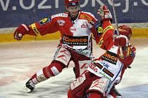 Ze vstřeleného gólu se radují slávisté Červenka (vlevo) s Bednářem.