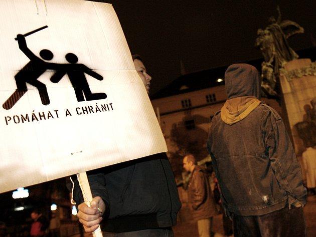 Demonstranti po svém pojali heslo policistů Pomáhat a chránit.