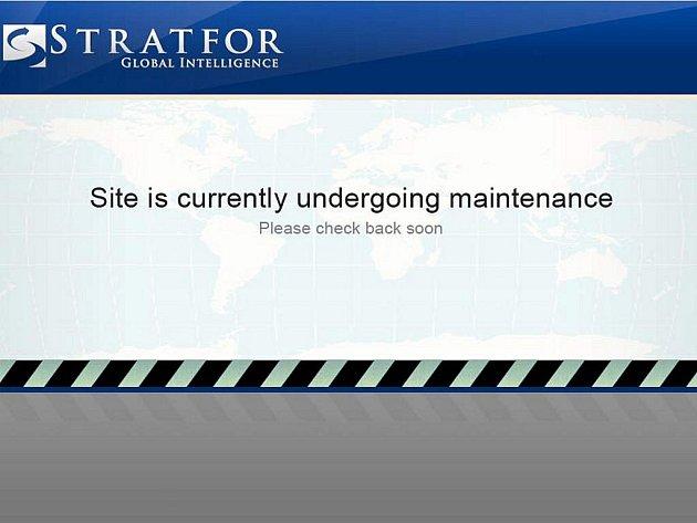 """Nefunkční web firmy Stratfor s oznámením, že """"server prochází údržbou""""."""
