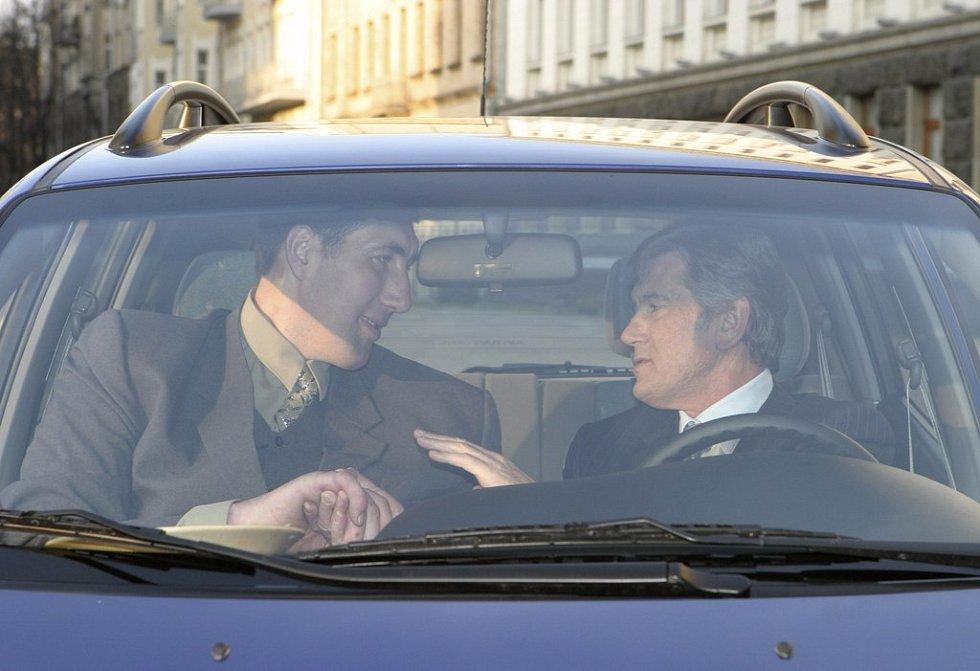 Ve vozidle si povídají Stadnyk a Juščenko. Auto největšímu Ukrajinci v pondělí věnoval prezident v Kyjevě.