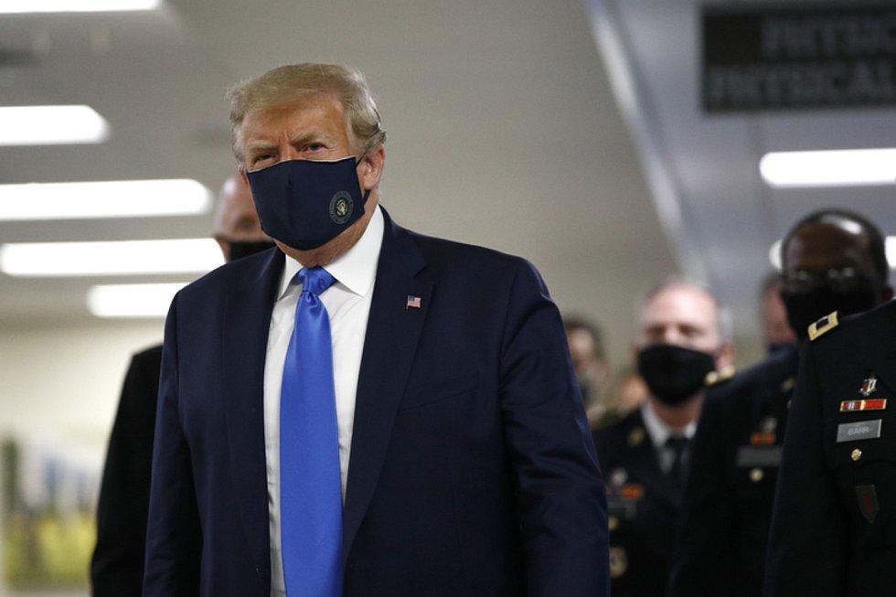 Americký prezident Donald Trump 11. července 2020 navštívil nemocnici Waltera Reeda na předměstí Washingtonu, kde se setkal se zraněnými vojáky a zdravotníky. Oproti svým zvyklostem v době pandemie koronaviru si vzal roušku.