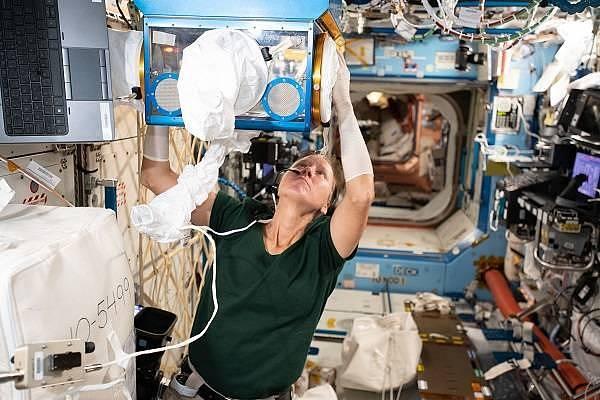 Členové mise Crew-1 prožili na ISS více než půl roku. Za tuto dobu udělali řadu experimentů a starali se o chod a údržbu stanice.
