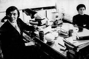 FOTO SNŮ. Karel Gott s Johnem Lennonem a Yoko Ono v londýnské kanceláři firmy Apple.